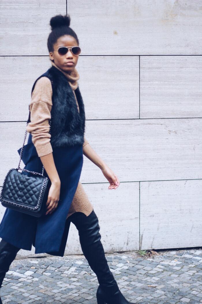 Fashion Blog Berlin, Mode Blog Berlin, Blaue Weste kombinieren, Rollkragenpullover, schwarze Stiefeln