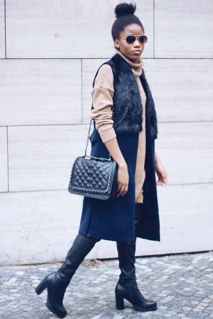 blaue Weste, schwarze Overknees, Chanel boy bag Berlin, Rollkragenpullover kombinieren, Fashion Blog Berlin, Modeblog Deutschland