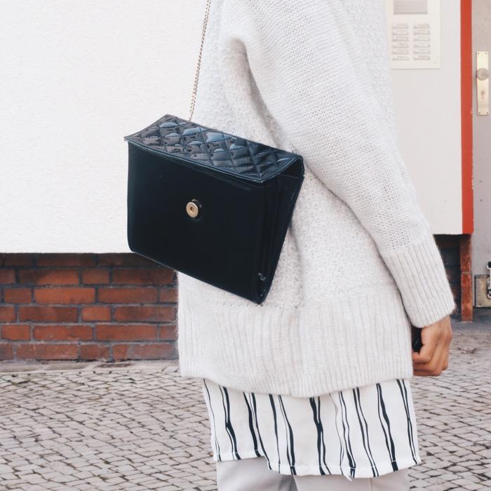 Layering trend, schwarze vintage Tasche, gestreiftes Kleid, H&M Pullover
