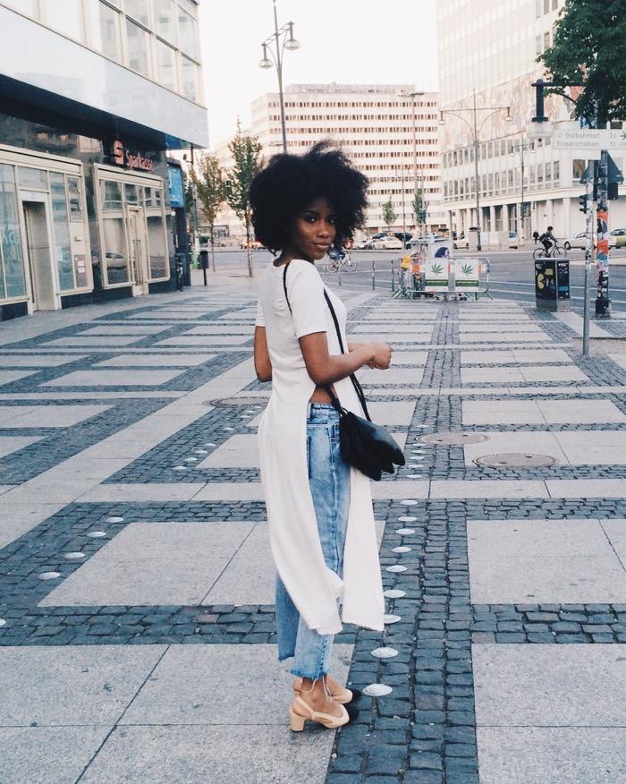 Sommer in Berlin: Sommeroutfit und Aktivitäten, Modeblog-Berlin-Mom-jeans-kombinieren-afro-haare