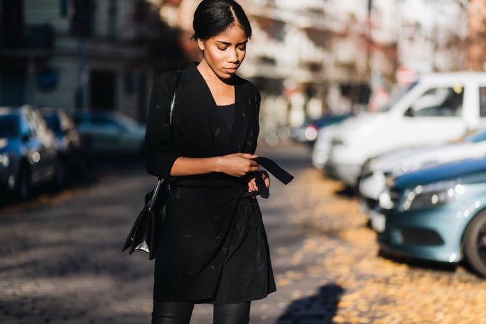 Wickelkleid und beschichtete Skinny-Jeans, Comptoir-des-Cotonniers-Streetstyle-Berlin-Fashion-Blog-Deutschland-Streetstyle-Inspirations