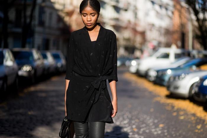 Wickelkleid und beschichtete Skinny-Jeans, street_style_berlincomptoir-des-cotonniers-streetstyle-berlin-fashion-blog-deutschland