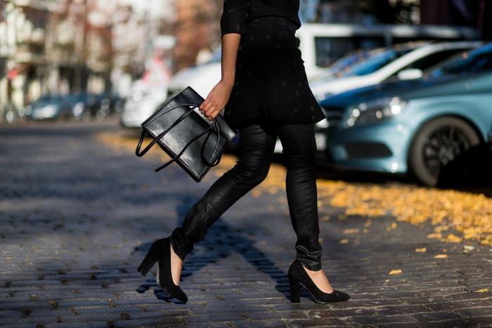 Wickelkleid und beschichtete Skinny-Jeans, Modeblog-Berlin-Comptoir-des-Cotonniers-Streetstyle-Berlin-Fashion-Blog-Deutschland