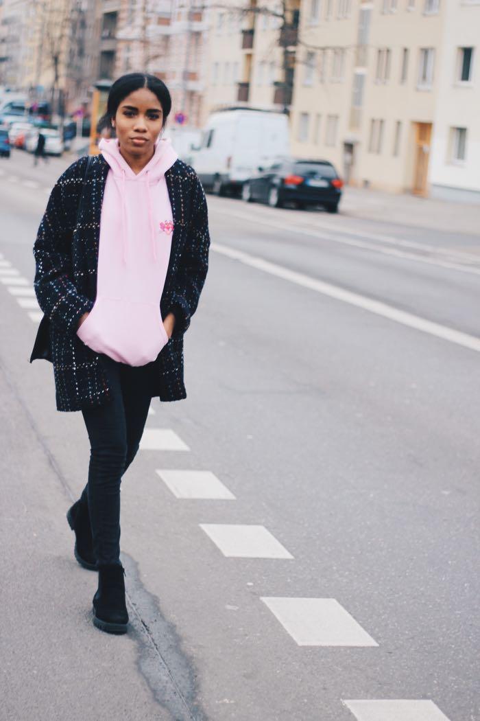 Influencer-Berlin-Hoodies-kaufen-Modeblog-Deutschland-Hoodies-Rosa