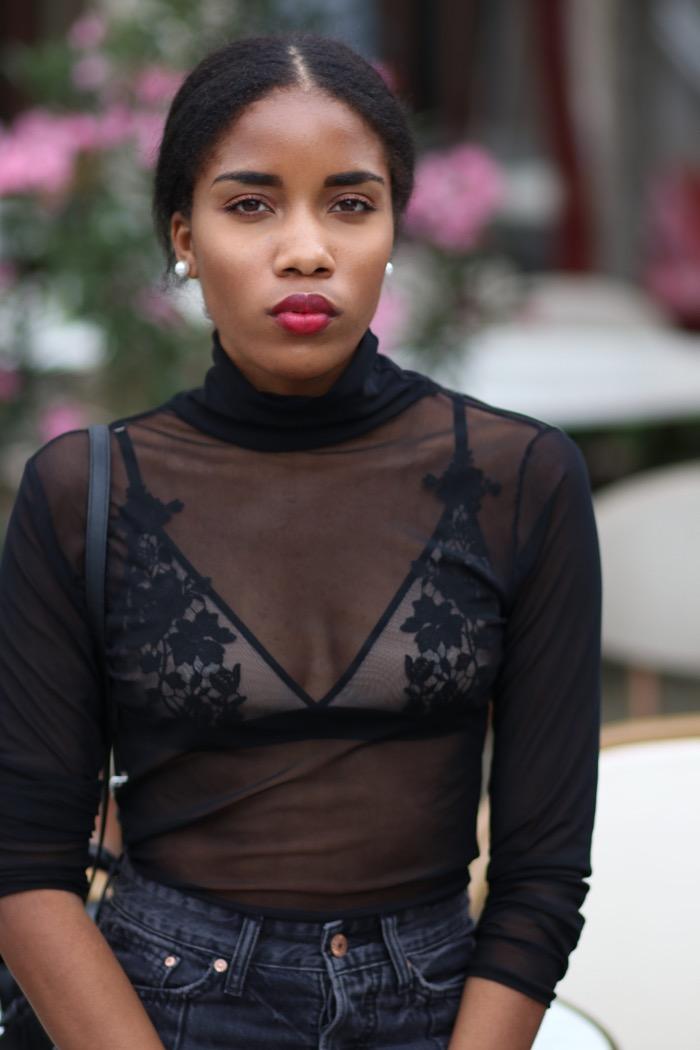 Transparente Bluse, Spitzen-BH-rote-Lippen-auf-dunkler-Haut-Modeblogger-Berlin-Influencer-Deutschland