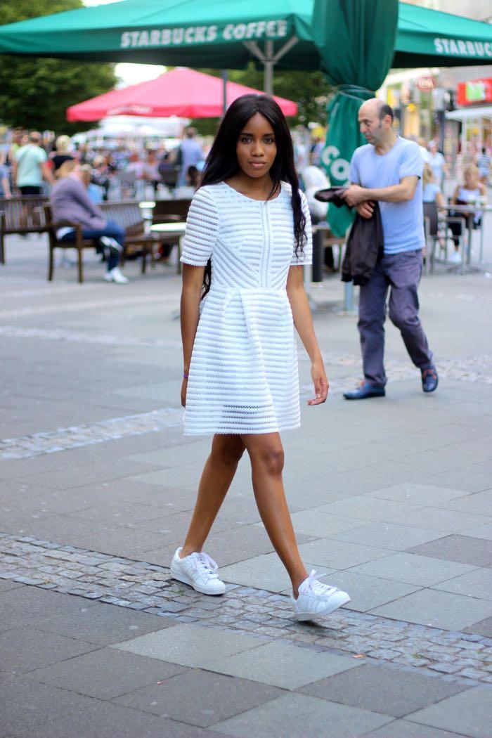 weißes Kleid, weiße Senkers, weiß kombinieren, Kleid mit Senkers